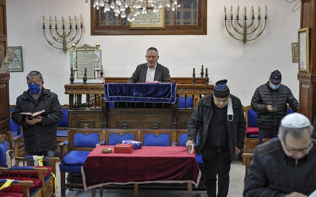 Members of the Moroccan Jewish community pray at the synagogue of Em Habanim in the western city of Casablanca on January 5, 2021 (FADEL SENNA / AFP)