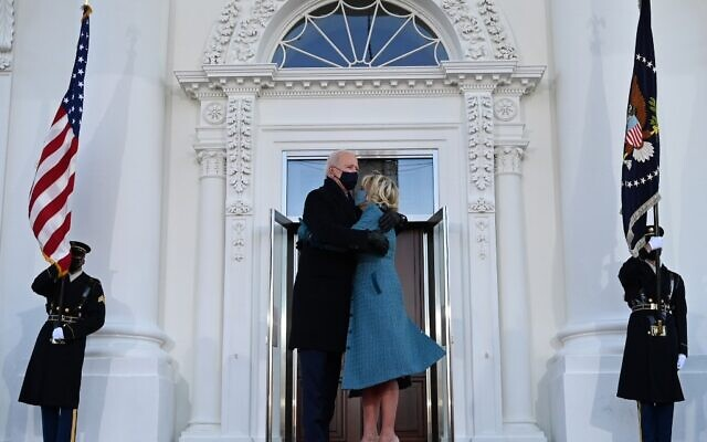 US President Joe Biden hugs First Lady Jill Biden as they arrive at the White House in Washington, DC, on January 20, 2021. (Jim WATSON / AFP)