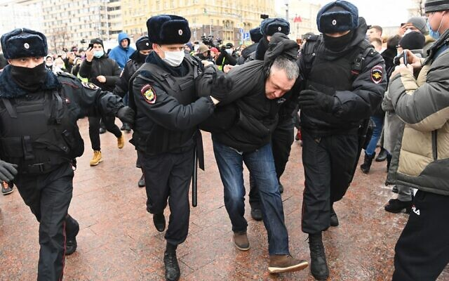Police officers detain a man prior to an expected rally in support of jailed opposition leader Alexei Navalny in downtown Moscow on January 23, 2021. - Navalny, 44, was detained last Sunday upon returning to Moscow after five months in Germany recovering from a near-fatal poisoning with a nerve agent and later jailed for 30 days while awaiting trial for violating a suspended sentence he was handed in 2014. (Photo by Kirill KUDRYAVTSEV / AFP)