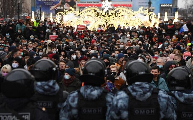 People attend a rally in support of jailed opposition leader Alexei Navalny in downtown Moscow on January 23, 2021. (NATALIA KOLESNIKOVA / AFP)
