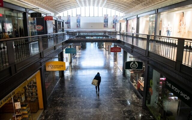 An empty shopping area at Washington Union Station in Washington, DC, March 20, 2020. (SAUL LOEB/AFP)