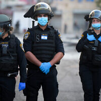 Illustrative -- Police officers in Jaffa, April 1, 2020 (Avshalom Sassoni/Flash90)