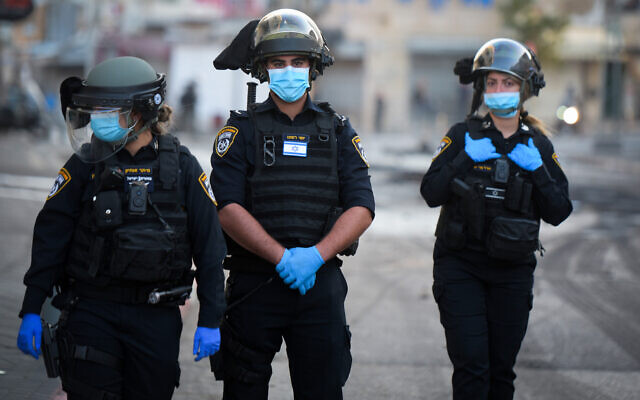 Illustrative -- Police officers in Jaffa, April 1, 2020 (Avshalom Sassoni/Flash90)