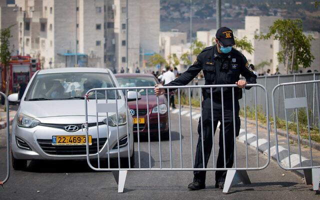 Illustrative: Israeli police at a roadblock in the Hephzibah neighborhood in Beit Shemesh on July 10, 2020. (Yonatan Sindel/Flash90)