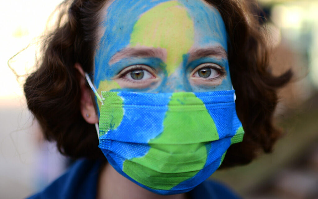An Israeli attending a rally calling to act against climate change in Tel Aviv, December 20, 2020. Tomer Neuberg/Flash90)