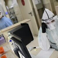 Ichilov hospital staff members wearing protective gear as they work at the coronavirus ward, Tel Aviv, January 1, 2021. (Tomer Neuberg/Flash90)
