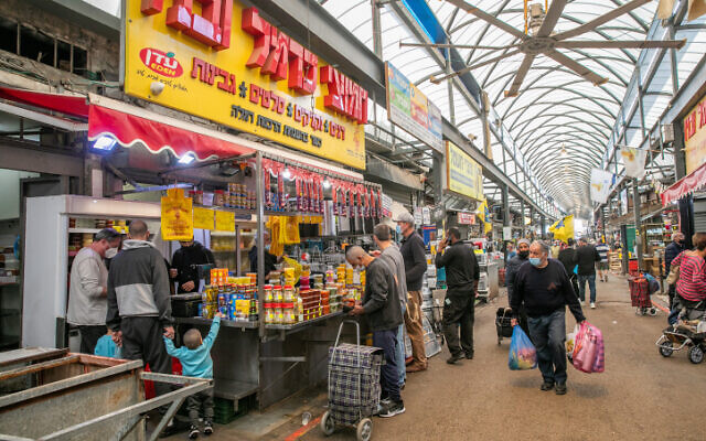 People shop at the at a market in Ramle, on January 1, 2021, during the third national lockdown due to the COVID-19 pandemic (Yossi Aloni/FLASH90)