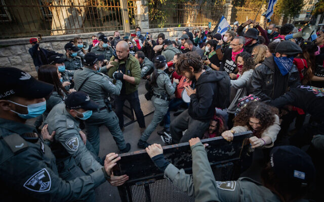 Police officers scuffle with demonstrators during a protest against Prime Minister Benjamin Netanyahu, outside of his official residence in Jerusalem, on January 2, 2021 (Olivier Fitoussi/Flash90)