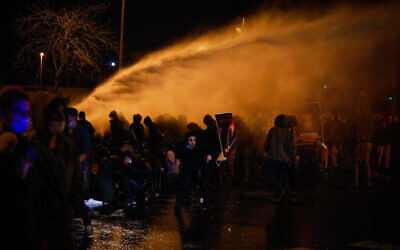 Police use water cannonד on protesters during a rally over the death of Ahuvia Sandak in a car crash during a police chase, near the Police Internal Investigations Department in Jerusalem on January 2, 2021 (Olivier Fitoussi/Flash90)