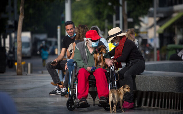 People in Tel Aviv, some wearing protective face masks, on January 6, 2021 (Miriam Alster/FLASH90)