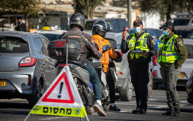 Police at a temporary roadblock in Jerusalem on January 11, 2021, during a 3rd nationwide full lockdown, in an effort to prevent the spread of the coronavirus (Olivier Fitoussi/Flash90)