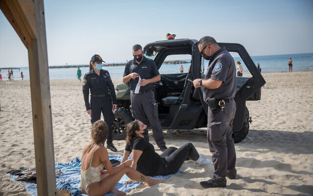 Israeli police on the beach boardwalk in Tel Aviv, making sure people are keeping to the government's guidelines  during a nationwide lockdown. January 12, 2021. ( Miriam Alster/Flash90)