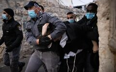 Police clash with ultra-Orthodox Jewish men while enforcing lockdown rules in Jerusalem's Mea Shearim neighborhood on January 14, 2021. (Yonatan Sindel/Flash90)
