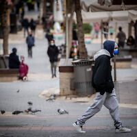 People walk in downtown Jerusalem on January 17, 2021. (Yonatan Sindel/Flash90)
