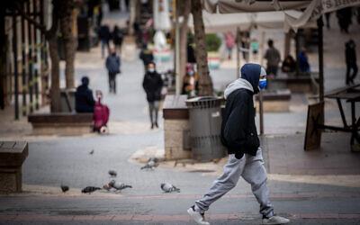 People walk in downtown Jerusalem on January 17, 2021. (Yonatan Sindel/Flash90)
