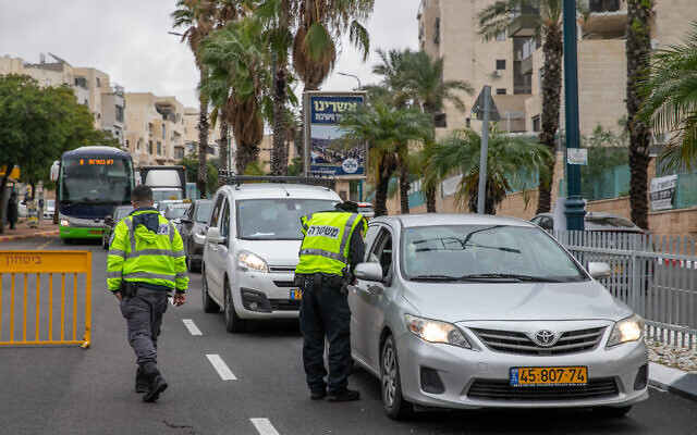 Police enforce a lockdown at a temporary checkpoint at the entrance to the ultra-Orthodox town of Elad on January 18, 2020. (Yossi Aloni/Flash90)