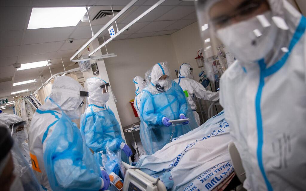 Shaare Zedek hospital team members wearing safety gear as they work at the coronavirus ward in Jerusalem, January 19, 2021. (Yonatan Sindel/Flash90)