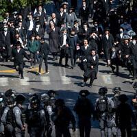 Police clash with Ultra-Orthodox Jewish men during enforcement of coronavirus  regulations, in Mea Shearim, Jerusalem, January 24, 2021 (Yonatan Sindel/Flash90)
