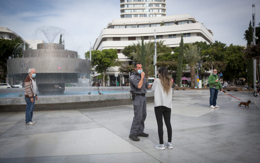 Police enforcing coronavirus lockdown measures at Dizengoff Square in Tel Aviv, January 25, 2021. (Miriam Alster/Flash90)