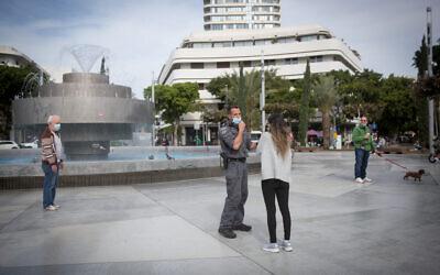 Police enforcing coronavirus lockdown measures at Dizengoff Square in Tel Aviv, January 25, 2021. (Miriam Alster/Flash90)