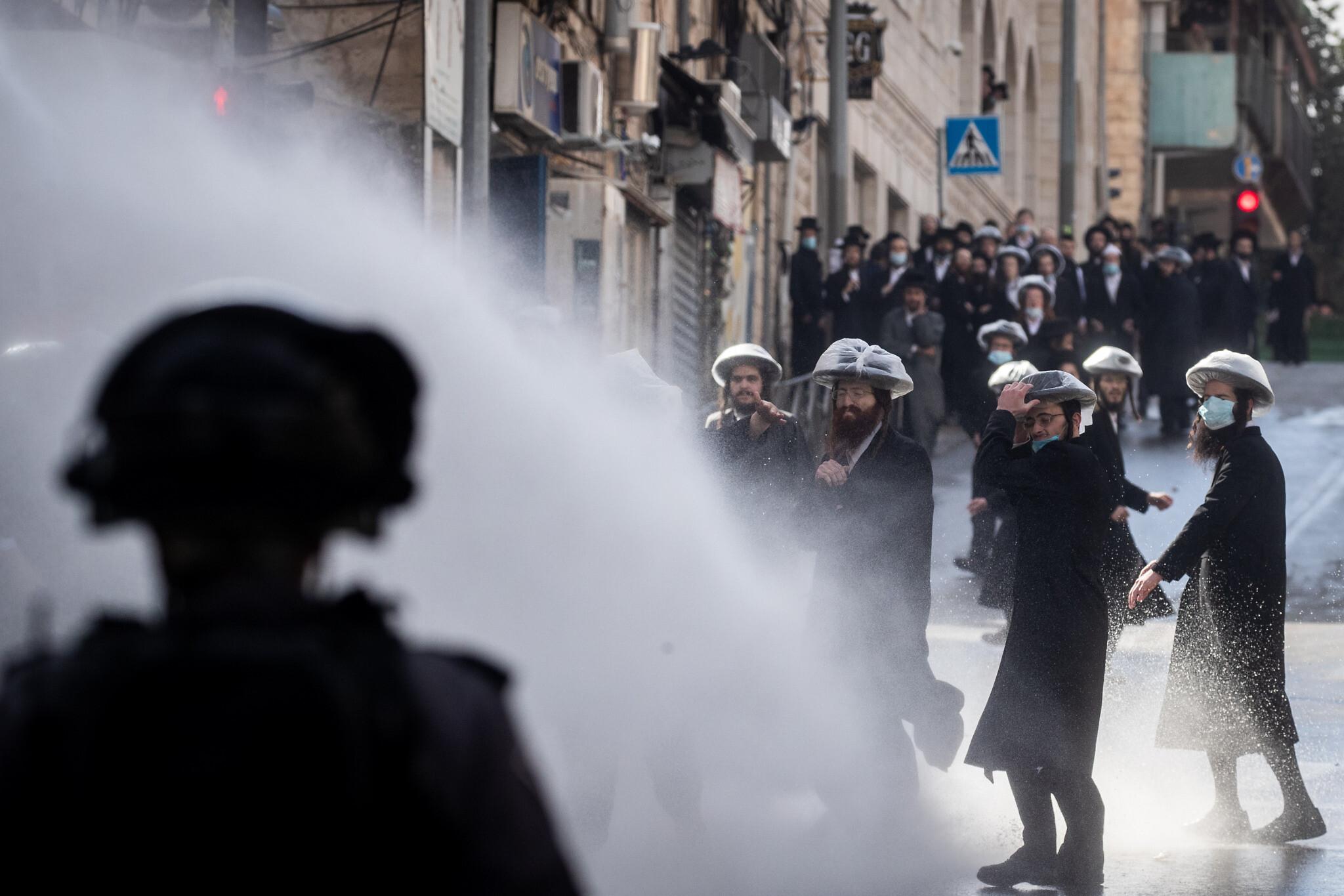 Haredi mob attacks cops in Modiin Illit; graffiti likens police chief to Hitler