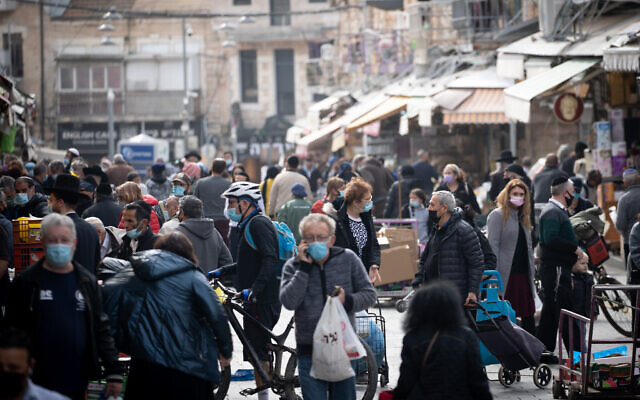 People at the Mahane Yehuda market in Jerusalem on January 27, 2021,  (Yonatan Sindel/Flash90)