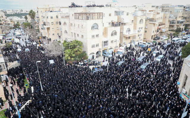 Thousands of ultra-Orthodox men attend the funeral of late Rabbi Meshulam Dovid Soloveitchik in Jerusalem, January 31, 2021, (Yonatan Sindel/Flash90)