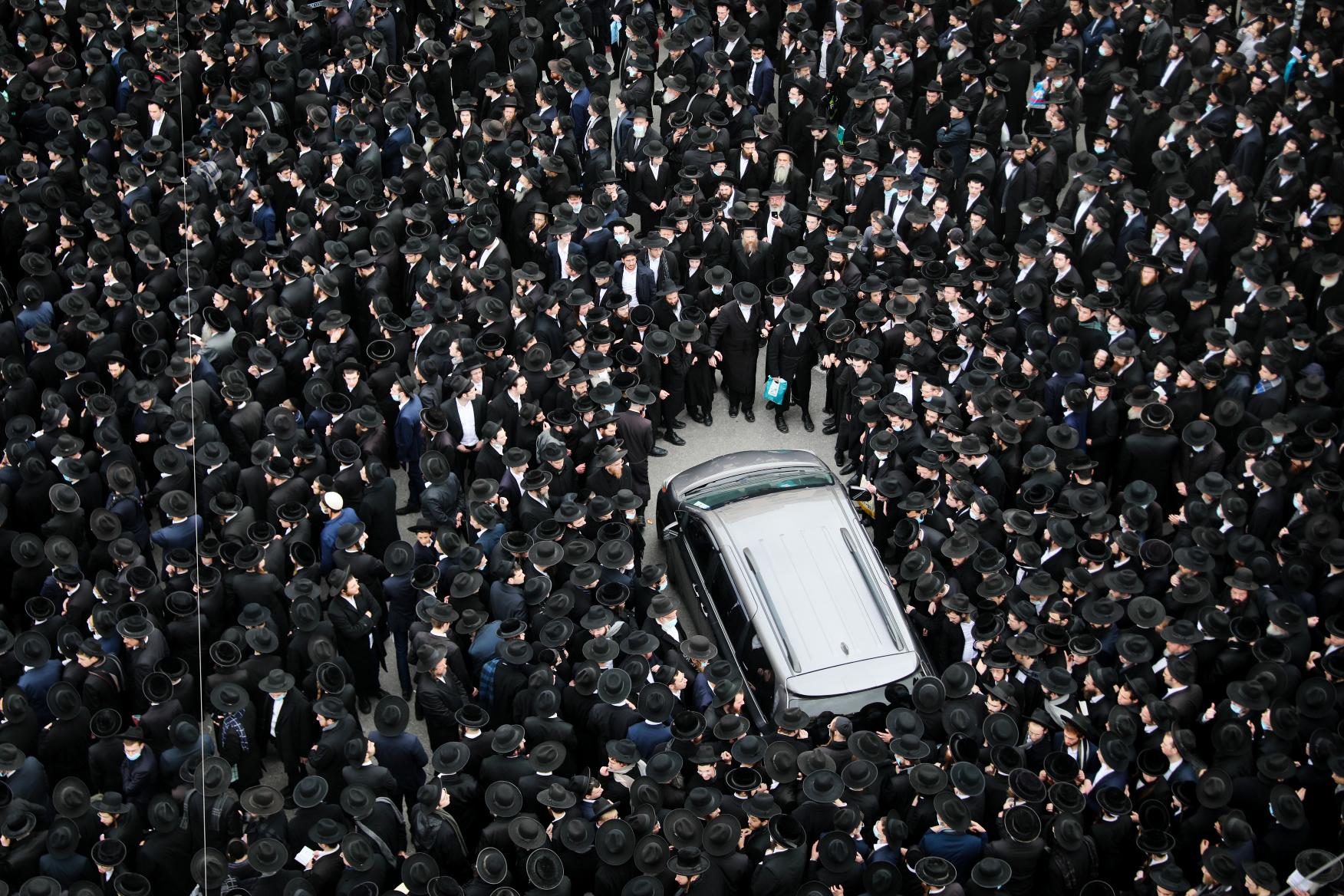 Thousands attend rabbi's funeral in Jerusalem, defying lockdown