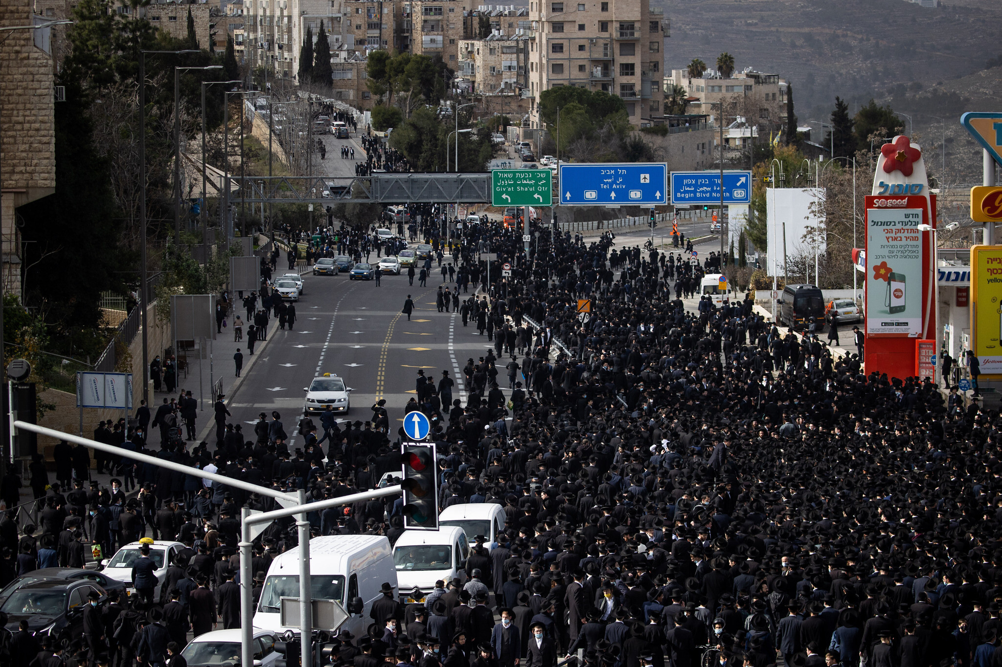 Thousands join in Jerusalem funeral, flout pandemic rules
