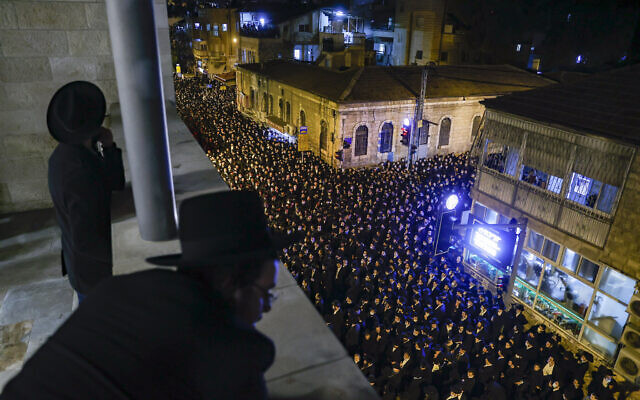Ultra-Orthodox men attend the funeral of late Rabbi Yitzchok Sheiner, in Jerusalem, January 31, 2021. (Yonatan Sindel/Flash90)