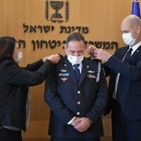 Kobi Shabtai (C) receives his rank as new police chief from Public Security Minister Amir Ohana (R), January 17, 2020 (Israel Police)