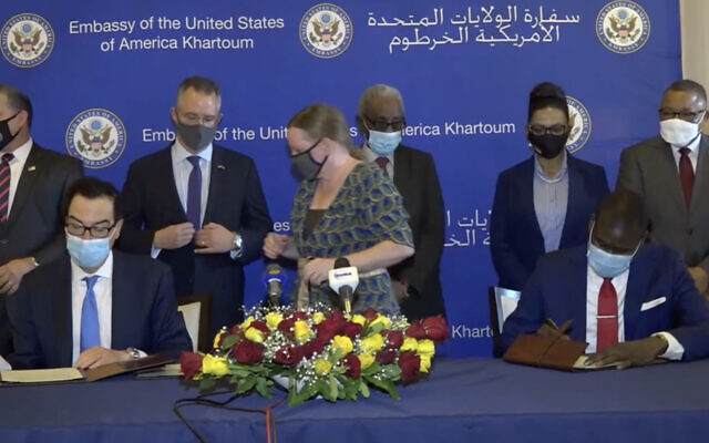 US Treasury Secretary Steven Mnuchin (L) and Sudanese Justice Minister Nasredeen Abdulbari sign the Abraham Accords in Sudan's capital Khartoum, January 6, 2021. (Screen capture: Facebook)
