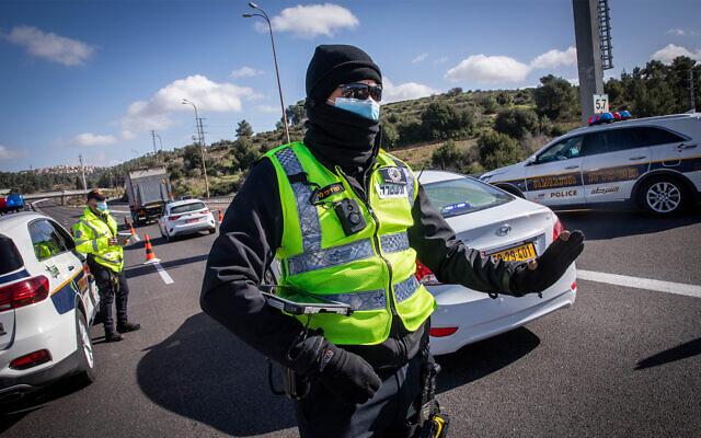 Police enforce lockdown restrictions at a termporary roadblock outside Jerusalem, January 19, 2021. (Nati Shohat/Flash90)