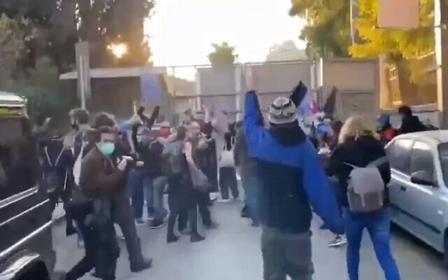 Protesters reach the gate of the Prime Minister's Residence in Jerusalem on January 2, 2021 (Screencapture/Twitter)