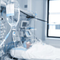 Illustrative image of a patient treated in an ICU, coma, brain injury (sudok1; iStock by Getty Images)