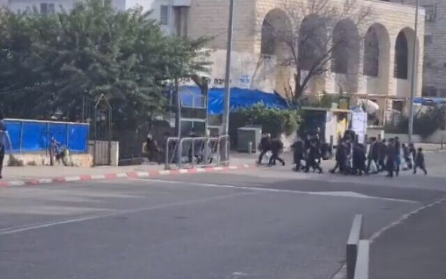 Haredi children head to school despite the government forbidding institutions from opening during a nationwide lockdown, January 17, 2021 (video screenshot)