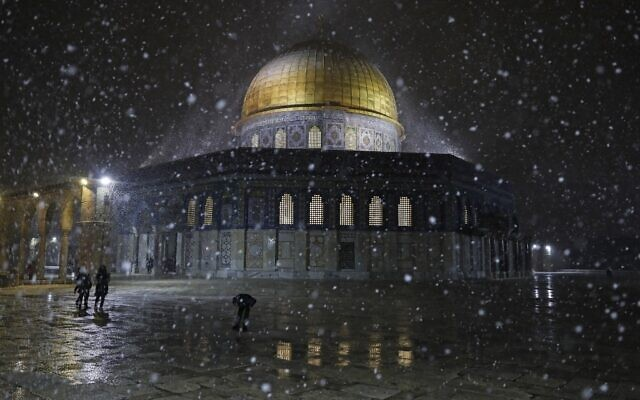 Snow falls at the Dome of the Rock Mosque in Jerusalem's Old City, February 17, 2021. ( Ahmad GHARABLI / AFP)