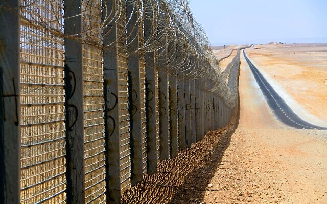 Part of the fence along the Israeli-Egyptian border, north of Eilat. (Idobi, CC BY-SA 3.0, Wikimedia Commons)