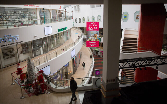 The closed shops at Dizengof Center in Tel Aviv during a nationwide lockdown, January 7, 2021 (Miriam Alster/Flash90)