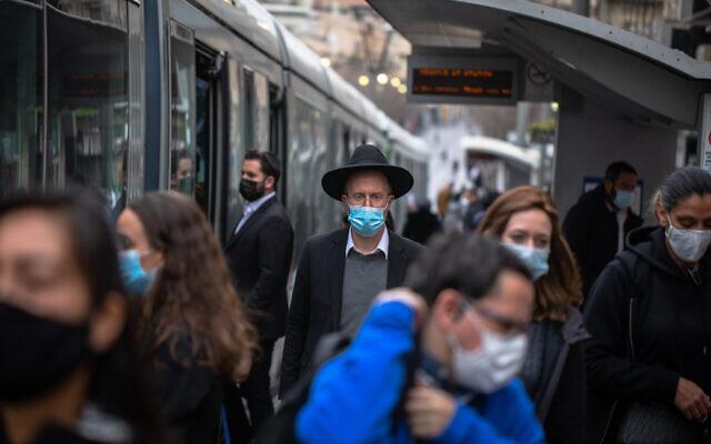 Jerusalemites on Jaffa street on January 13, 2021. (Olivier Fitoussi/Flash90)
