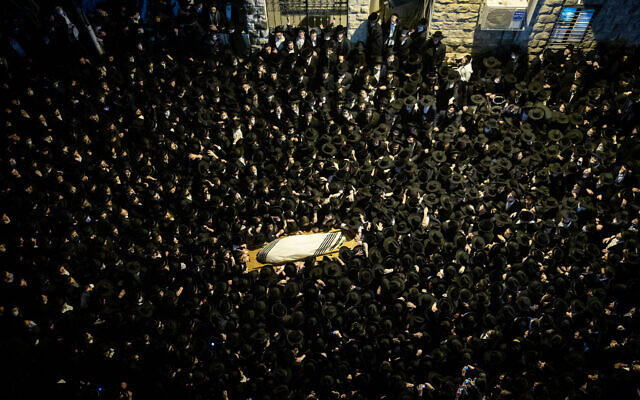 Thousands attend the funeral of an ultra-Orthodox rabbi in Jerusalem, January 31, 2021. (Yonatan Sindel/Flash90)