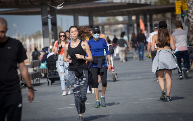Israelis exercise on the Tel Aviv beach boardwalk, during a nationwide lockdown. February 03, 2021.(Miriam Alster/Flash90)