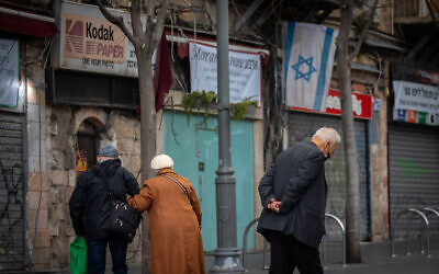 Israelis wearing face masks walk in Jerusalem on February 4, 2021. (Olivier Fitoussi/Flash90)