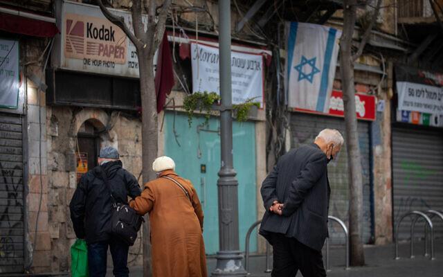 Israelis wearing face masks walk in Jerusalem on February 4, 2021. (Olivier Fitoussi/Flash90)