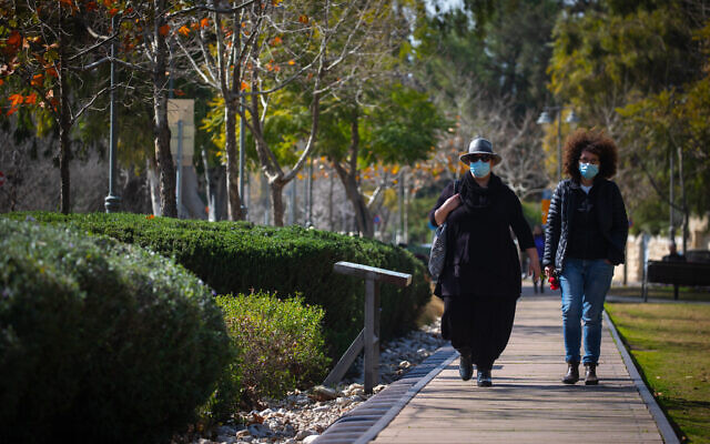 Jerusalemites wearing face masks walk in Jerusalem on February 04, 2021. (Olivier Fitoussi/Flash90)