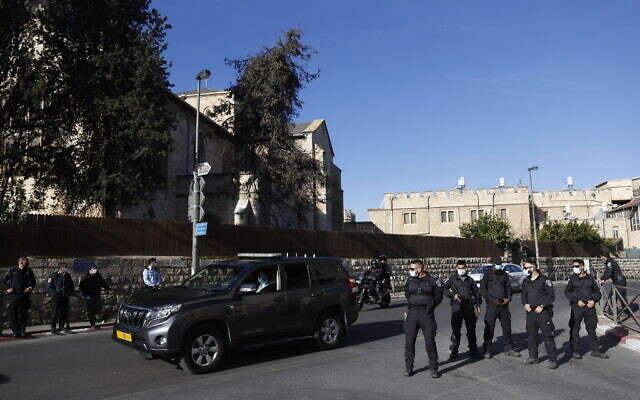 Security guards stand outside the Jerusalem District Court as Prime Minister Benjamin Netanyahu's convoy arrives for his trial hearing, February 8, 2021. (Yonatan Sindel/Flash90)