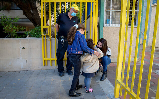 Children return to school in Tel Aviv on February 11, 2021. (Avshalom Sassoni/Flash90)