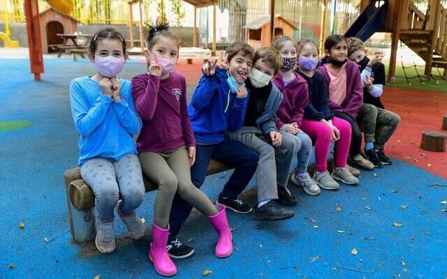 Students wearing face masks return to school at Gabrieli Carmel School in Tel Aviv on February 11, 2021. (Avshalom Sassoni/Flash90)