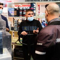 Police and inspectors of the Bat Yam municipality enforce a COVID-19 lockdown at the mall in Bat Yam, which was partially opened against government regulations, on February 11, 2021. (Avshalom Sassoni/Flash90)
