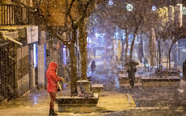 Downtown Jerusalem during a snow storm on February 17, 2021. (Yonatan Sindel/Flash90)